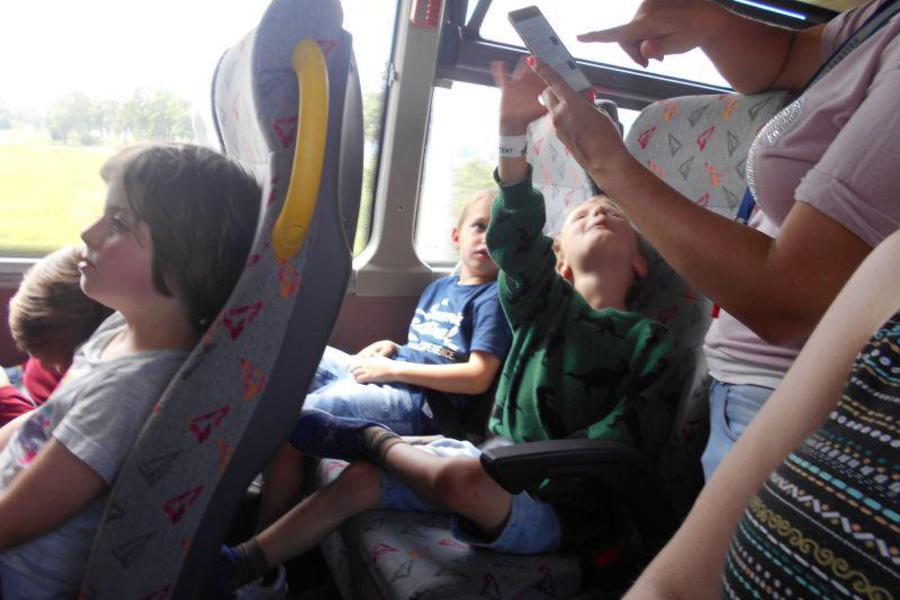 op de bus even uitrusten na een leuke, maar toch wel wat vermoeiende dag