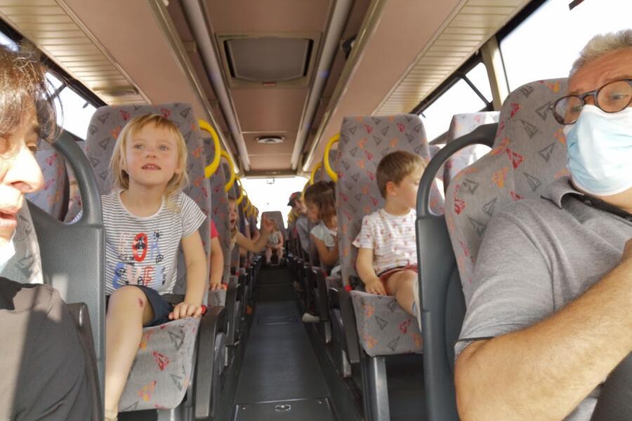 Met de bus naar de boomgaard